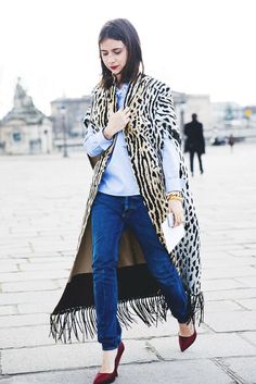 Natasha Goldenberg at Paris Fashion Week in leopard cape Street Style Chic, Street Style Looks, Fashion Week Paris, Denim Look, Animal Print Fashion, Jeans Rock, Blue Jeans, Look Chic, Autumn Winter Fashion