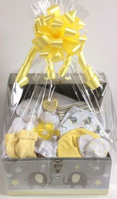 Beautiful Baby Gift Baskets design and make a gorgeous selection of gift baskets /hampers to celebrate the birth of a baby. Regalo Baby Shower, Cute Baby Shower Gifts, Baby Shower Gift Basket, Baby Gift Box, Baby Hamper, Diy Baby Gifts, Baby Girl Gifts, Girl Gift Baskets, Baby Baskets