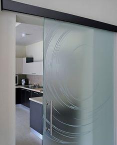 Le porte vetro Ephrod sono progettate con design chiari e minimali, e curate nel loro aspetto per offrire ad un elevato impatto estetico ed emozionale.
