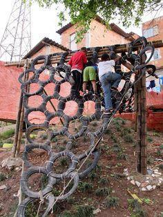 Escalada de pneus em: http://www.play-scapes.com/play-design/contemporary-design/the-park-for-playing-and-thinking-contrafile-and-basurama-sao-paulo-brasil/