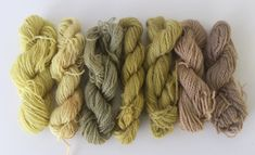 uienschil, paardenbloem, brandnetel, boerenwormkruid en walnoot. India Flint, Textile Dyeing, Closer To Nature, Sheep Wool, Middle Ages, Natural Dyeing, Textiles, Crafty, Knitting