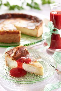 Juustokakku mansikkakastikkeella | K-ruoka #uusivuosi French Toast, Food Photography, Sweets, Baking, Breakfast, Desserts, Recipes, Cakes, Morning Coffee