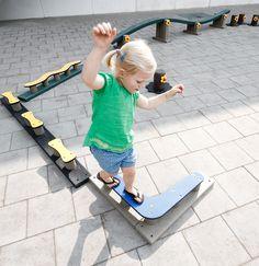 Evenwichtsparcours op de speelplaats (ook hindernissen voor kleuters) Volledig in orde met de veiligheidsnormen, ook zonder valbrekende ondergrond ( valhoogte < 60 cm)