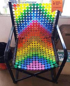Chaise rainbow à l'aide de bouchons de bouteilles. J'adoooore !!