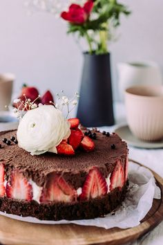 Chocolate Mousse Strawberry cake with white and dark mousse (mousse cake, baking, . Sweet Recipes, Cake Recipes, Dessert Recipes, Beautiful Desserts, Strawberry Cakes, Mousse Cake, Party Desserts, Sweet Cakes, No Bake Cake
