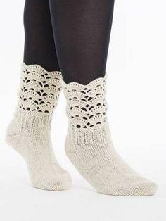 Naisen neulotut ja virkatut pitsisukat Crochet Socks, Knitting Socks, Knit Crochet, Knitting Charts, Knitting Patterns, Crochet Patterns, Boot Cuffs, Mittens, Booty