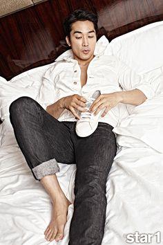 Go here for Song Seung Heon's previously released spread from May edition. Song Seung Heon, Jung So Min, Asian Actors, Korean Actors, Korean Dramas, Sung Hyun, Korea University, Hot Asian Men, Asian Guys