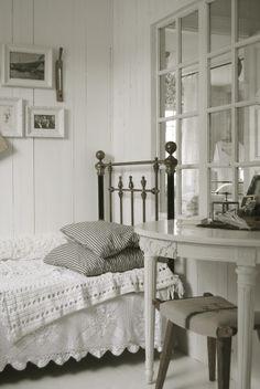 Landelijk & romantische slaapkamer in wittinten   Meer tips: http://www.jouwwoonidee.nl/landelijke-slaapkamer-in-lichte-tinten/