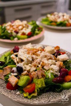 Grekisk kycklingsallad med citrondressing - 56kilo.se - Recept, inspiration och livets goda Lchf, Everyday Food, Cobb Salad, Low Carb Recipes, Food And Drink, Chicken, Inspiration, Foodies, Drinks