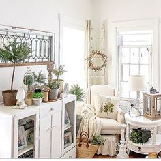 There's something so satisfying about changing decor with each season. I'm sure you'll all agree to that. #springdecor ##changingseasons #greenery #farmhousechic #vintagemarket #bhghome #countryliving #rusticdecor #ikeacanada #vintagefarmhouse #myinspo2you #mycountryhome #pillow - @linenandivory #cottonwreath - @rustandrelicsllc