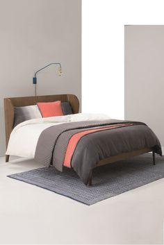 Belgrave Doppelbett in dunkler Eiche. Der Bettrahmen ist aus dunkler Eiche und fällt durch seine sanften, runden Details ins Auge. Eine ungewöhnliche Art modernen Stil und klassisches Design zu vereinen.