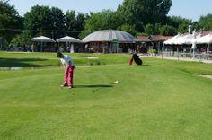 De Pitch&Putt Golfbaan ligt naast restaurant Abel.