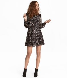 f398f037e87 Black floral. Short dress in chiffon with a printed pattern. V-neck. Flare  SkirtH m ...