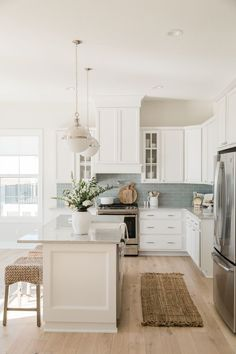 Farmhouse Kitchen Decor Ideas: Great Home Improvement Tips You Should Know! You need to have some knowledge of what to look for and expect from a home improvement job. Home Decor Kitchen, Kitchen Interior, New Kitchen, Home Kitchens, Coastal Kitchens, Beach House Kitchens, Kitchen Counters, Coastal Farmhouse, Kitchen Ideas For Beach House