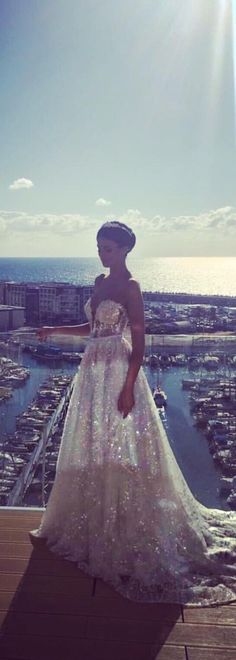 Just look at how this @bertabridal gown glistens in the sun - so beautiful!