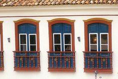 #Brasil #MG Janelas de casarão do século 18, localizado na rua Coronel Alves, centro de Ouro Preto