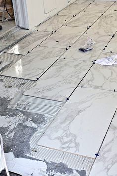 Here are some quick primers on how to tile floors, along with great actual DIY tile floor projects that you can do to transform your space. Tile floor installation is a quick way to make a whole room look more cohesive, brand new, and even larger! Installing Tile Floor, Tile Floor Diy, Bathroom Floor Tiles, Laying Tile Floor, Marble Tile Bathroom, Concrete Bathroom, Home Renovation, Home Remodeling, Bad Wand