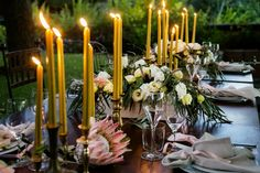 Cream Lysianthus and pink Veronica mixed with Eucalyptus greens were used to create a loose informal table arrangement, golden candles and brass candleholders to add a bit of luxury feel. Since Maremma is a wine producing region, for the arrangements wooden wine boxes were used as supports .  #funkybirdfirenze