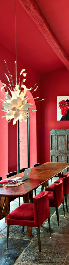 Scarlet Red Color Trends for 2018 Red Home Decor, Asian Home Decor, Inspiration Wall, Interior Inspiration, Wallpaper Stores, Guitar Room, Red Interiors, World Of Color, Fine Furniture