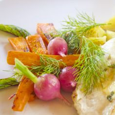 Hämmentäjä: Sitruuna-timjamivoissa paistettu kuhafile, bearnaisekastike, salviaporkkanoita, retiisejä. Lemon-thyme zander, bearnaice sauce, carrots and radishes.