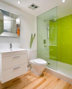 grüne Glas Wandpaneele und Bodenfliesen in Holzoptik