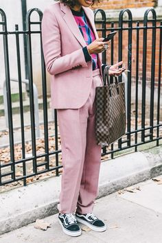 How to wear a pink suit like a hipster Looks Street Style, Looks Style, Style Me, Fashion Week, Fashion 2017, Look Fashion, Pink Vans, Pastel Vans, Vans Outfit