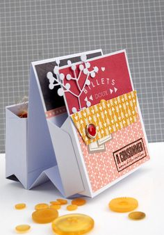 Toutes les indications pour réaliser cette boîte à offrir (tuto en suivant le lien de l'image). Créations de Natalia, de l'équipe créative Kesi'art.