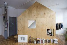 広くて天井が高い空間があるなら、小屋を建ててしまうのもいいですね。 ポイントは写真のように壁に対して斜めにしてみたり、小さい窓を効果的に取り入れたりすることだと思います。素材は安い合板系の方が好みです。自分の空間を思い通りに仕切る事ができ ...
