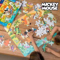 Se deseja entreter os seus filhos com um jogo educativo, não perca o puzzle dupla-face Mickey Mouse. Eles poderão brincar com o lado colorido e, no outro, poderão pintar a imagem preto e branco.    Inclui 60 peças (aprox. 8,5 x 9 cm) Medidas do puzzle aprox.: 50 x 70 cm Idade recomendada: +3 anos
