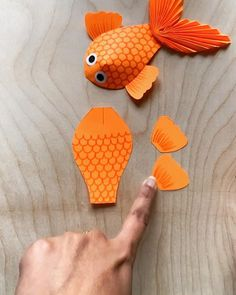 Fish Paper Craft, Paper Flowers Craft, Paper Crafts Origami, Paper Crafts For Kids, Diy Arts And Crafts, Flower Crafts, Preschool Crafts, Hand Crafts For Kids, Art For Kids