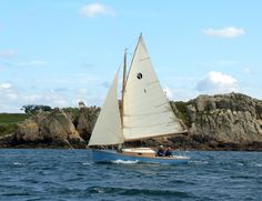 Pen-Hir, small long-keeled cruiser designed by François Vivier, built by Icarai of Cherbourg, France Sailboat Yacht, Small Boats, Wooden Boats, Summer Breeze, Sailing Ships, Eliza Taylor, Ocean, Sharpies, France
