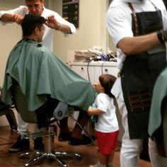 Enquanto o papai corta o cabelo Pedro só observa... #babydicas #papaisecuida