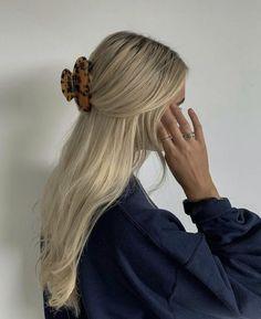 Blonde Hair Looks, Brown Blonde Hair, Blonde Honey, Blonde Streaks, Medium Blonde, Honey Hair, Hair Medium, Medium Brown, Aesthetic Hair