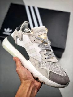 If you love sandals, use these tips to find the perfect sandals for women that are comfortable, stylish and provide support for your feet. Sneakers Vans, Sneakers Mode, Adidas Shoes, Sneakers Fashion, Fashion Shoes, Converse, Adidas Boost, Jean Christophe, Jordan
