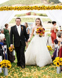 According to People Magazine Kelly will be having a southern fall wedding in her backyard with sunflowers & yellow roses!