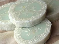 Making Sliced Loofah Soap Project Ideas for Melt and Pour Soap Making Post by Jennifer Friedman-Blaney Savon Soap, Homemade Soap Recipes, Soap Base, Homemade Beauty Products, Lush Products, Back To Nature, Handmade Soaps, Diy Soaps, Home Made Soap
