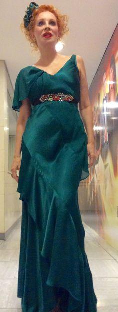 Nacha Guevara Bailando por un sueño programa televisivo 2015 Tocado Sittic & Harb Hats One Shoulder, Shoulder Dress, Female, Formal Dresses, Inspiration, Fashion, Saints, Fascinators, Dancing