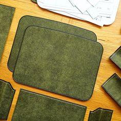 [ Men's Clutch Bag Making Men Clutch Bag, Leather Tutorial, Leather Makeup Bag, Best Leather Wallet, Leather Bag Pattern, Diy Wallet, Leather Stamps, Handbag Patterns, Craft Bags