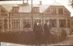 arkiv.dk | Mathias Petersen og hans nevø Peter foran Navigationsskolen på Bogø, hvor Peter var styrmandselev. Ca. 1924. Stubbekøbing Lokalhistoriske Arkiv.