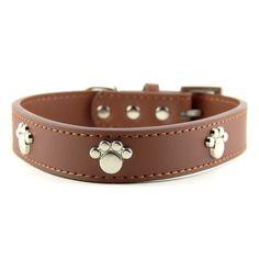 Collier pour chien en cuir véritable brun motif patte en acier pour un look sobre et classe à la fois ! En #cuir véritable, il est robuste même pour les plus gros chiens ! #collierchien #chien #collier #animal #animaux #accessoire #patte