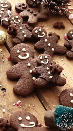 christmas recipes baking This Chocolate Gingerbread Men Cookies recipe is the best Christmas baking recipe ever. Well balanced flavors and perfectly spiced. Soft with lightly crisp edges. Halloween Baking, Halloween Desserts, Holiday Desserts, Holiday Baking, Holiday Treats, Cooking Art, Cooking Ideas, Gingerbread Man Cookie Recipe, Gingerbread Man Video