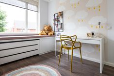 De kinderslaapkamers mocht ik voorzien van een compleet interieuradvies. Wat inhoudt dat ik van sfeer tot productkeuzes het interieur heb mogen vormgeven. Onwijs leuk om te doen! Ook voor de kleedruimte mocht ik meubels op maat ontworpen en een advies geven voor kleuren en materialen. Interieurontwerp: Laura Hindriks Fotografie: Angeline Dobber Office Desk, Corner Desk, Kids Rugs, Furniture, Home Decor, Corner Table, Desk Office, Decoration Home, Desk