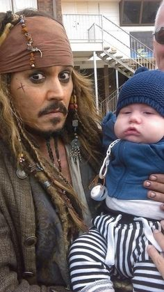 The look on johnny depps face is priceless lol! Johnny depp and the little baby… Johnny Depp 2015, Here's Johnny, Captain Jack Sparrow, Tom Welling, Jonny Deep, Raining Men, Pirates Of The Caribbean, Vintage Hollywood, Best Actor