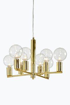 """Loftlampe af metal til 8 pærer. Ø 48 cm. Højde 33 cm. Transparent snoet ledning, ledningslængde 1,4 m. Wire af metal 1,2 m til justering af højden. Loftstik. Stor sokkel.<br><br>Lyskilde medfølger ikke. Forskellige typer  pærer påvirker din lampes udtryk meget. Prøv dig frem til din egen stil! <br><br>OBS! Nogle loftlamper/pendler leveres med svensk """"loftstik""""som ikke kan benyttes i Danmark. Stikket klippes af og ledningen tilsluttes direkte i roset (lampeudtag) eller monteres med…"""