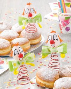 """Karnevals Clown mit Fliege (Idee mit Anleitung – Klick auf """"Besuchen""""!) - Die witzigen Clowns haben ihren besten Auftritt auf dem Partybuffet und als karnevalisitische Tischdeko!"""