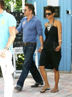 Halle Berry And Olivier Martinez Hold Hands After Lunch - Halle Berry Photos Beautiful Female Celebrities, Beautiful Women, Black Celebrities, Beautiful People, Celebs, Short Hair Outfits, Cool Outfits, Summer Outfits, Halle Berry Haircut