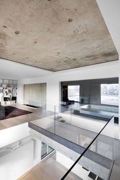 raumgestaltung-ideen-betondecke-modern-glas-gelaender-minimalistisch-design