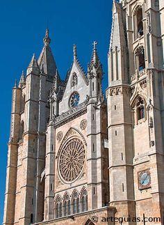 La catedral de León en España , construida en el siglo XIII , es un templo de tres naves a las que se le cruza un amplio crucero y rematadas por cabecera con girola a la que se abren capillas poligonales. El exterior se encuentra adornado con las portadas del Juicio Final, San Juan y San Francisco, lo más importante  de la catedral de León es sin duda las vidrieras policromadas.