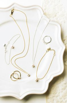 Using a beautiful and simple plate to display jewelry