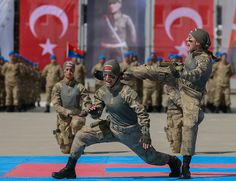 Thousands of 688 experts who completed the Operation Against Terrorist Operations Course in Izmir . Turkish Soldiers, Turkish Army, Military Love, Female Soldier, Anne Of Green Gables, Baby Knitting Patterns, Baby Photos, Cool Words, Captain America